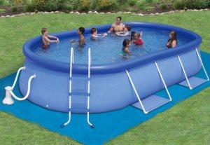 семья в бассейне