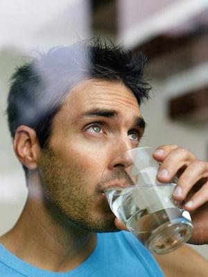 мужик пьет воду