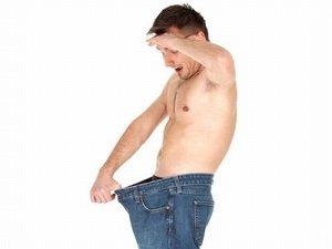 мужик смотрит в штаны
