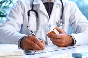 врач назначает лекарства