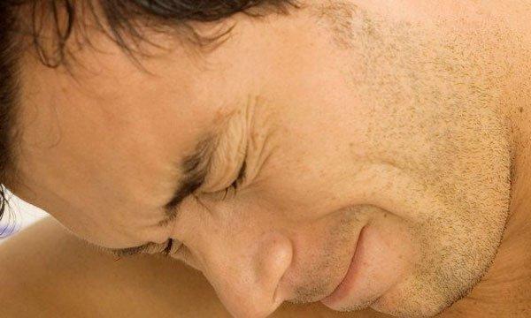 боль на лице у мужика