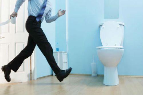 быстро бежит в туалет