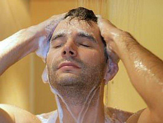 моет голову шампунем