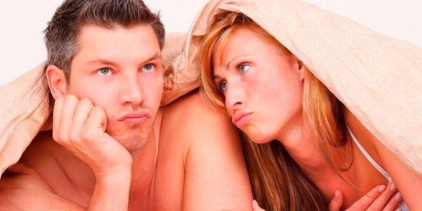 парень и девушка под одеялом