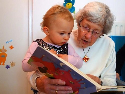 бабушка рассказывает сказку