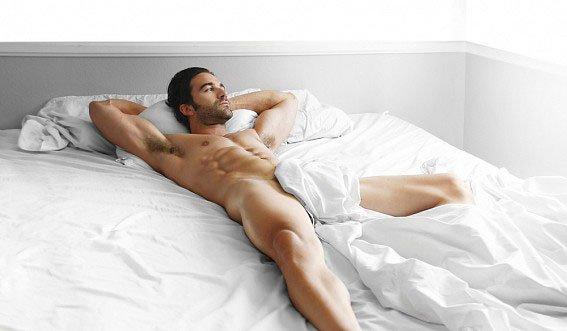 голый альфа самец в кровати