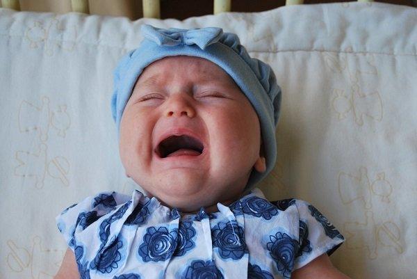 маленький ребенок плачет