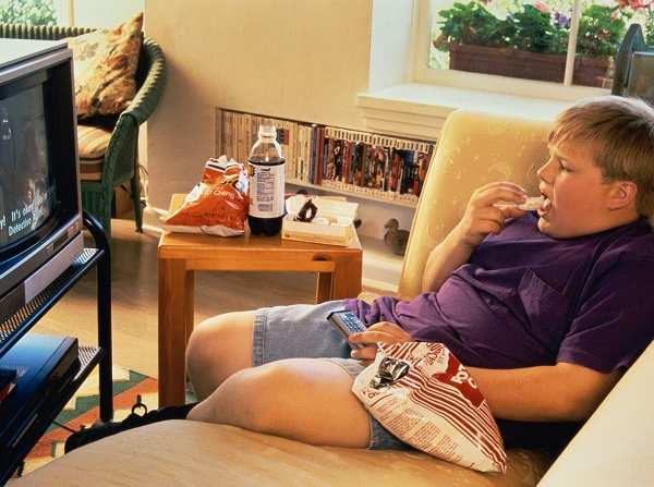 толстый мальчик перед телевизором