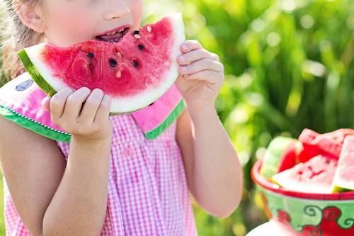 девочка кушает арбуз