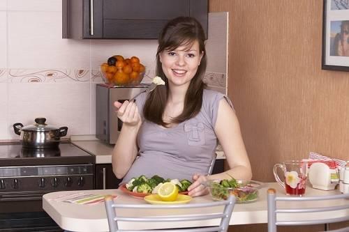 беременная девушка кушает