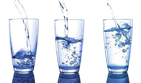 три стакана с водой