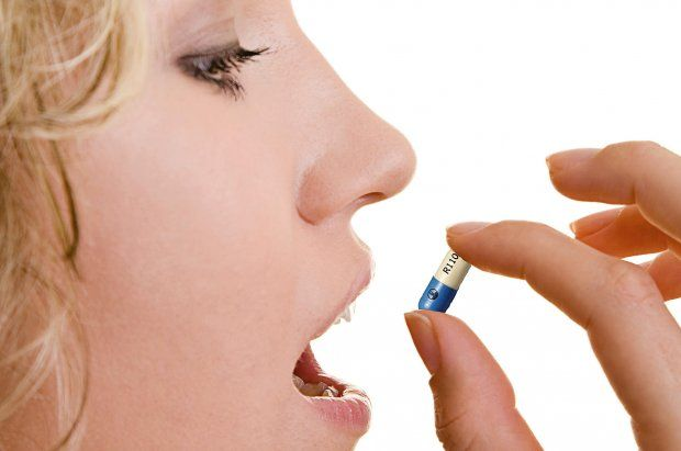 девушка пьет таблеточку