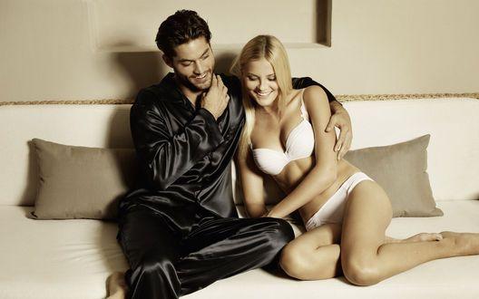 счастливая пара в кровате