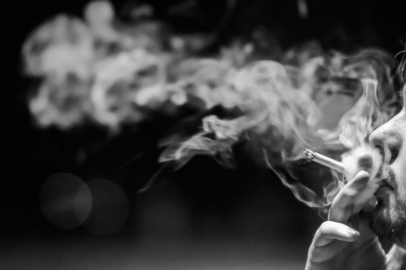 курящий мужик