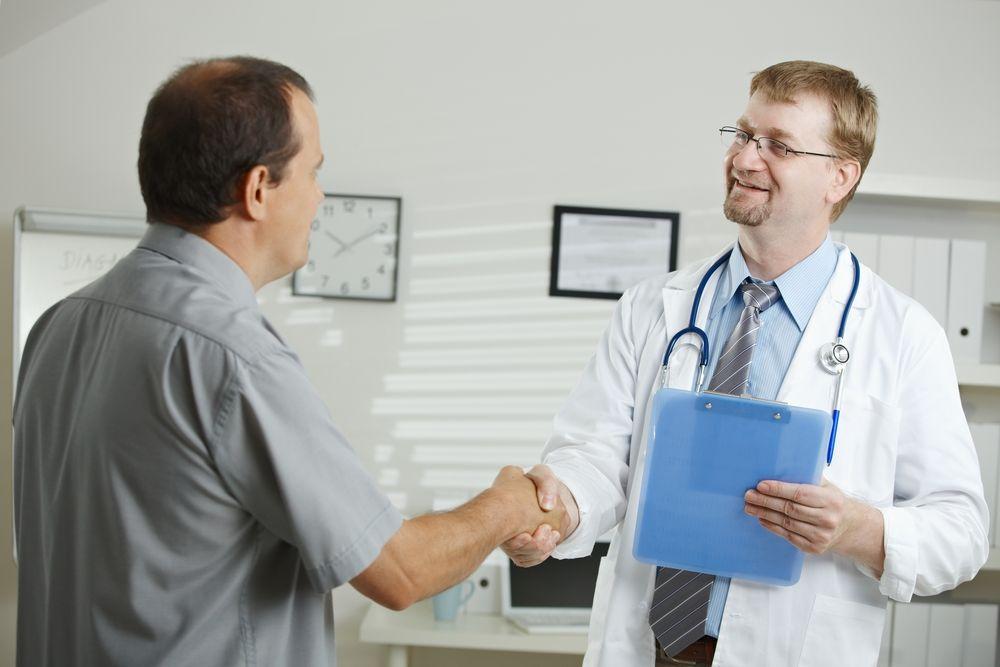 Доктор жмёт руку