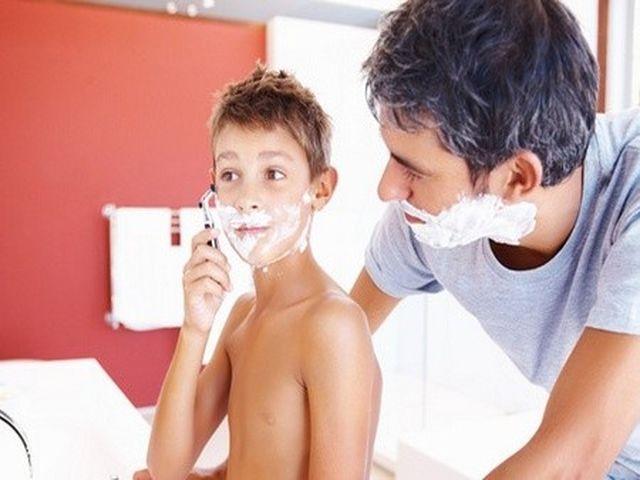 отец учит сына бриться