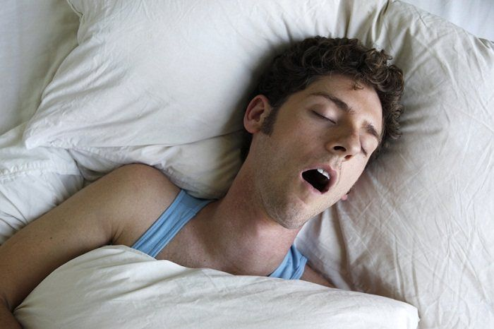 спит с открытым ртов